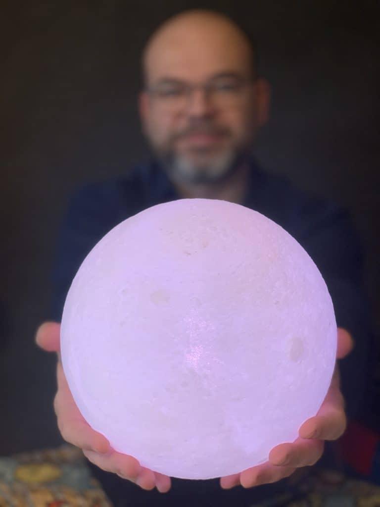 homme tenant une lune
